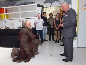 Zu Besuch im Filmreich der Hobbits: Zwerg Dori kniet vor Prinz Charles nieder.