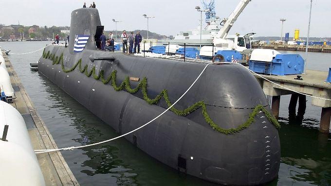 """Ein U-Boot vom Typ 214 wird bei der Howaldtswerken-Deutsche Werft AG (HDW) in Kiel auf den Namen """"HS Papanikolis"""" getauft, bevor es nach Griechenland verkauft wird."""