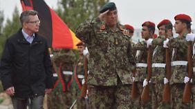 De Maizière hatte am Dienstag die Pionierschule der afghanischen Armee im Camp Shaheen in Masar-i-Scharif besucht.