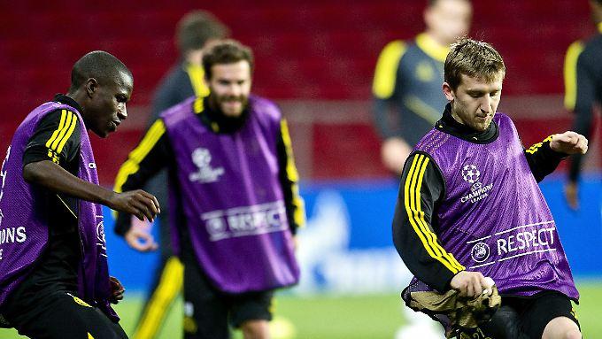 Warmmachen mit den Stars, dann die Chelsea-Bank drücken: So gestaltet sich bislang die Karriere von Marko Marin in England.