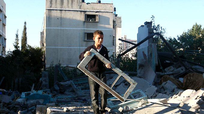 Ein palästinensischer Junge auf den Trümmern eines Hauses.