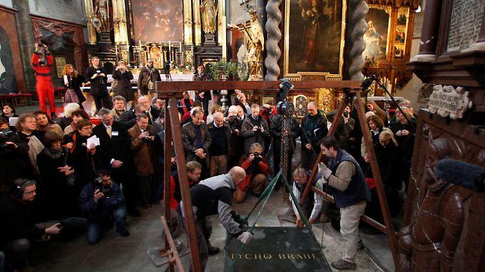 In einer aufwändigen Aktion wurde Brahes Grab geöffnet.