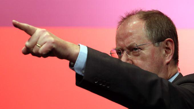 Da geht's hin, zeigt Peer Steinbrück. Aber gehen die Jusos den Weg auch mit?