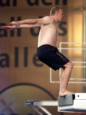 """Moderator Stefan Raab beim Sprung für  """"Das große TV total Turmspringen 2008""""."""
