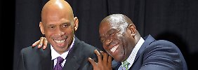 "Abdul-Jabbar (l.) spaßt mit einer weiten Lakers-Legende: Earvin ""Magic"" Johnson."