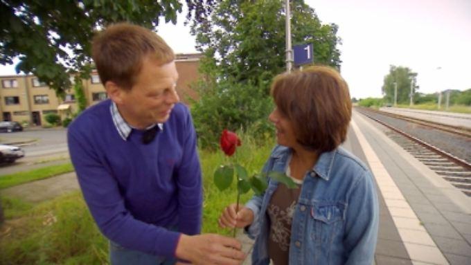 """Heinrich begrüßt Emine am Bahnhof. Emine kommt aus Bayern. Das sollte """"Oma"""" sich mal merken."""