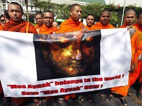 Buddhistische Mönche demonstrieren in Thailand gegen die Zerstörung von Mes Ainak.