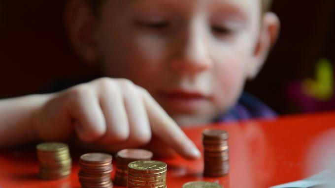 Die meisten Kinder bekommen 5 Euro Taschengeld pro Woche.