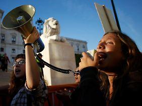 Mit Megafon gegen den europäischen Sparzwang: In Portugal protestieren Studierende vor dem Parlament.