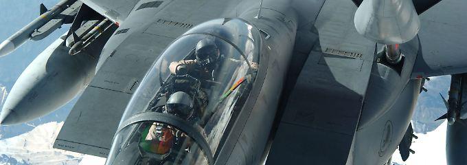 """Fliegende Tankstelle: Eine zweisitzige F-15E """"Strike Eagle"""" übernimmt Sprit aus den Tanks einer KC135 """"Stratotanker""""."""