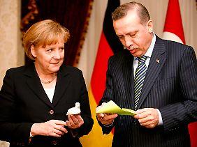 Am Rande der offiziellen Termine finden die Regierungschefs Zeit für den Austausch kleiner Gastgeschenke..