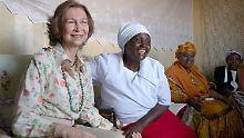 Königin Sofia von Spanien besucht die ehemalige Bettlerin Cecilia Nyambura (Mitte) in ihrer Wohnung in der Siedlung Kaputiei bei Nairobi in Kenia.