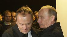 Putin umarmt Tusk (links) in Smolensk.