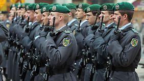 Im sächsischen Frankenberg wird bei einem Appell für Afghanistan-Heimkehrer der Panzergrenadierbrigade 37 der vier Gefallenen gedacht.