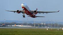 Eine Maschien der Air Berlin startet in München, um Reisende aus Mallorca zurückzuholen.