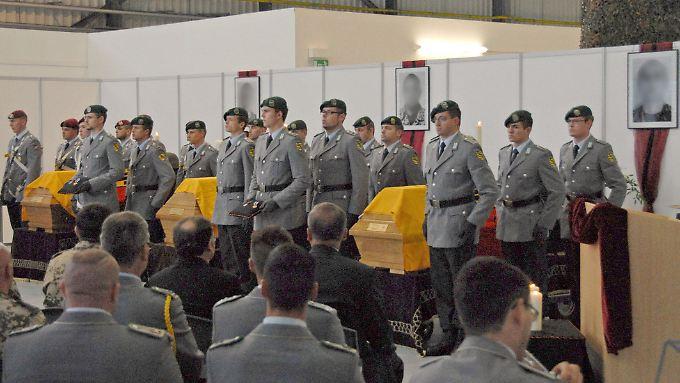 Särge mit drei in Afghanistan gefallenen Soldaten aus Ostdeutschland 2009 auf dem Flughafen in Leipzig.