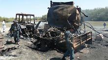 Sicherheitsbeauftragte inspizieren die ausgebrannten Tanklastzüge in Kundus nach dem Luftangriff (Archivbild vom 4. September 2009).