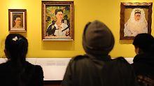 Besucher betrachten Selbstbildnisse der mexikanischen Künstlerin Frida Kahlo im Martin-Gropius-Bau in Berlin ...