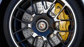 Die Keramik-Karbon-Bremsanlage ist im 911 Turbo S Serie.