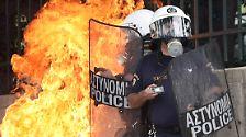 Randalierer zünden Bank an: Tödliche Proteste in Athen