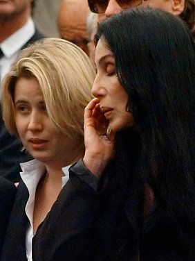 Chastity Bono und Cher bei der Beerdigung von Sonny Bono im Januar 1998.