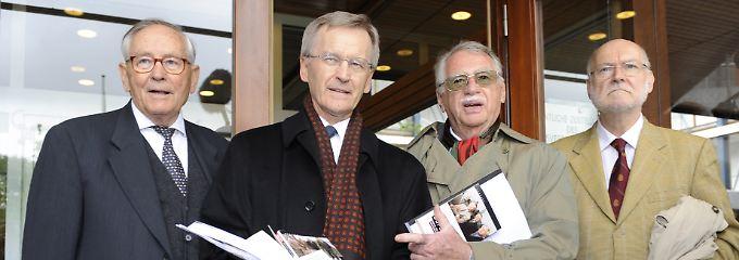 """Die """"Euro-Rebellen"""" Wilhelm Hankel (von links), Wilhelm Noelling, Karl Albrecht Schachtschneider und Joachim Starbatty ließen es sich nicht nehmen, selbst zur Einreichung der Klage nach Karlsruhe zu kommen."""