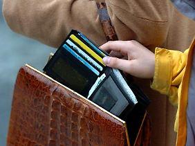 Im dichten Gedränge müssen Reisende sich vor Taschendieben in Acht nehmen.