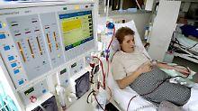 Menschen mit Nierenversagen sind auf die Blutreinigung mit Hilfe der Dialyse angewiesen.