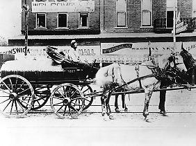 Übergänge dauern lange: Zu Beginn des Ölzeitalters wurde Treibstoff auch von Kutschen geliefert.