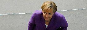 Merkel betritt den Bundestag.