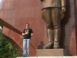 Der Weltenbummler Rene Stolle in Nordkoreas Hauptstadt Pjöngjang vor der Gedenkstätte für den Vaterländischen Befreiungskampf. (Bild vom Oktober 2009)