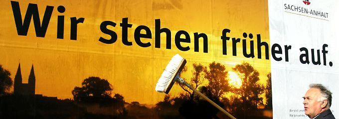 Ministerpräsident Wolfgang Böhmer klebt am 24.05.2005 in Magdeburg das erste Plakat zum Auftakt der bundesweiten Werbekampagne.