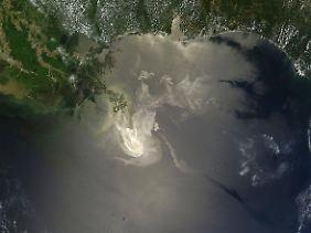 Satellitenaufnahme vom Golf von Mexiko: Das Öl breitet sich auf und unter der Wasseroberfläche unablässig aus.