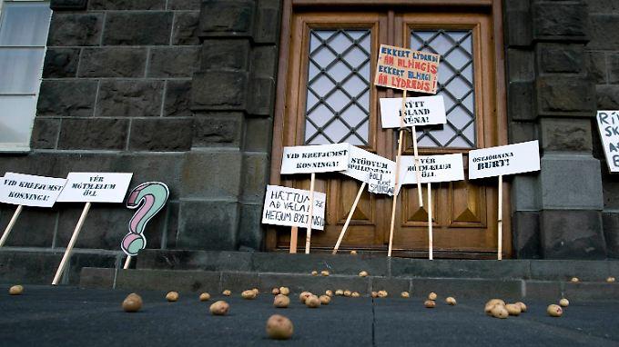 Protest vor dem isländischen Parlament: Nach alter Tradition bekommen nur die braven Kinder Geschenke. Die Bösen hingegen müssen mit Kartoffeln vorlieb nehmen.