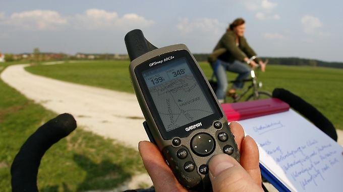 """GPS-Gerät statt Sägespänen oder Kreidepfeile: Die modernen Schnitzeljäger begeben sich mit Hightech-Ausrüstung auf die Suche nach in Plastikdosen verborgenen """"Schätzen""""."""