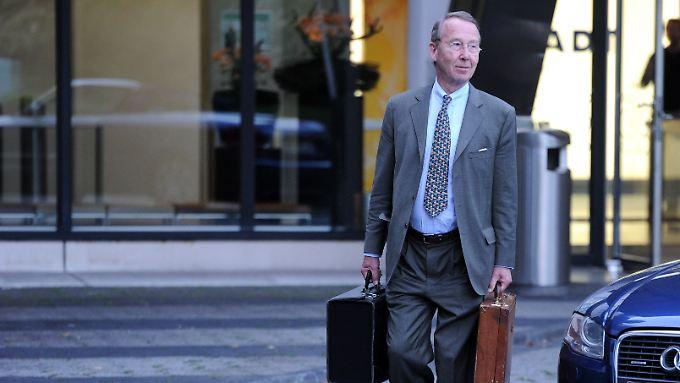 Karstadt-Insolvenzverwalter Klaus Hubert Görg verlässt die Karstadt-Hauptverwaltung in Essen.