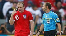 Der war doch drin! Englands Wayne Rooney diskutiert mit dem uneinsichtigen Linienrichter.
