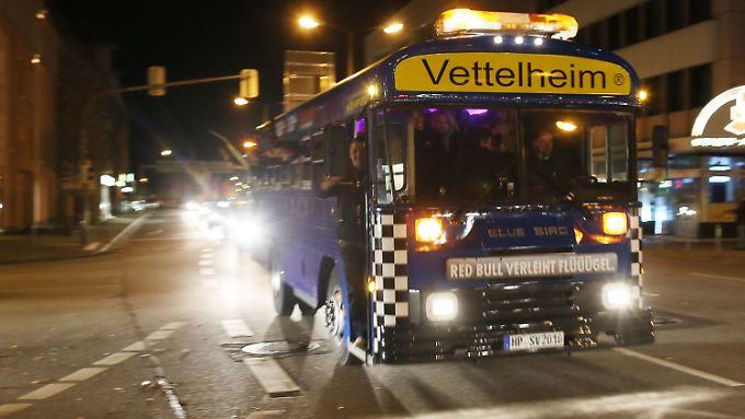 Wie feiert man einen Titel-Hattrick richtig? Per Autokorso im Bus!