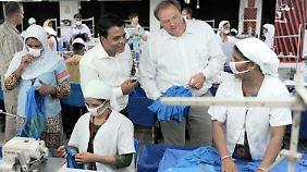 Niebel (2.v.r.) besuchte 2011 in Tongi, einem Vorort von Dhakar in Bangladesch, eine Textilfabrik.