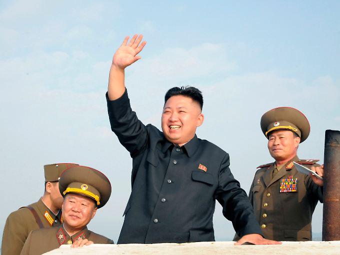 Die Erotik der Macht: Kim inmitten von Offizieren.