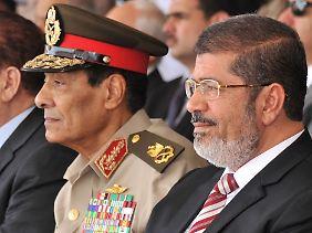 Mohammed Hussein Tantawi mit Mursi: Der Feldmarschall ging ohne großen Widerstand.