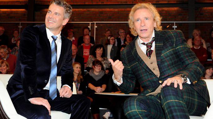 """Die Moderatoren Thomas Gottschalk (r) und Markus Lanz posieren nach der Aufzeichnung der TV-Sendung """"Markus Lanz"""" in Hamburg."""