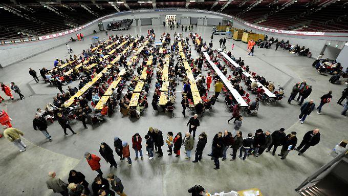 Zahlreiche Anwohner mussten nach dem Bombenfund in die Dortmunder Westfalenhalle evakuiert werden.