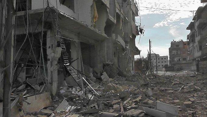 Dieses Gebäude ist nach Angaben der Rebellen von einer Rakete der Regierungstruppen in der Nöhe von Damaskus zerstört worden.