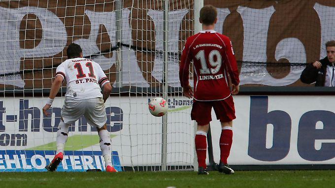 Da rollt der Ball ins Tor. St. Pauli gewinnt im heimischen Stadion.