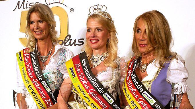 Die schönsten Frauen Deutschlands über 50 Jahre: Christine Wache (M) aus Berlin posiert zusammen mit der Zweitplatzierten Margit Christine Müller-Davidi und Karen Anne Gottwald (beide aus Niedersachsen).
