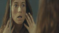 Claras erster entsetzer Blick in den Spiegel: Was ist mit mir los? (Foto: Senator)