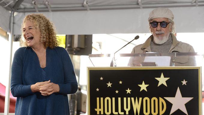 Carole King freut sich über ihren Stern (rechts: Produzent Lou Adler).