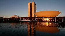 """Niemeyer schuf hunderte Bauten auf der ganzen Welt und war vor allem für seine futuristischen Entwürfe in Brasiliens """"Reißbrett-Hauptstadt"""" Brasília bekannt."""