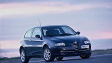 Gutes Aussehen ist nicht alles. Das gilt auch für den zwischen 2001 und 2010 angebotenen Alfa Romeo 147. Dass der rassige Italiener nicht unbedingt das alltagspraktischste Auto in der Kompaktklasse ist, werden ihm insbesondere Fans der Marke schnell verzeihen. Aber der kompakte Alfa verlangt von seinen Besitzern Leidensfähigkeit. Die Mängelliste gehört bei der TÜV-Hauptuntersuchung zu den längsten in der Kompaktklasse. Deswegen reicht es nach 8 bis 9 Jahren uns 111.000 Kilometern nur für Platz 83.